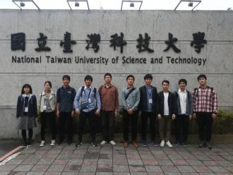 台湾科技大学正門前での集合写真