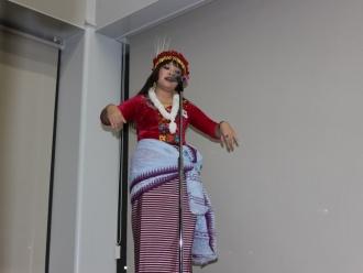 インド マニプール地方の歌を披露する留学生