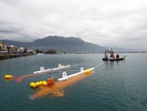 洋上中継器で曳航中のロボット