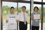受賞された與那さん(左)、平田教授(中央)、吉原さん(右)